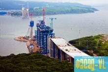 Ванты синего цвета смонтированы на мосту со стороны острова Русский