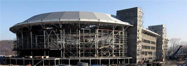 На концертно-спортивном комплексе уже монтируют оборудование