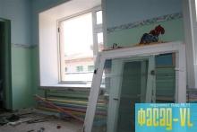 В школах и детских садах Владивостока продолжают устанавливать новые окна